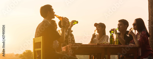 Poster Bar Group of 6 teenager have dinner party celebrating at sunset with beautiful landscape background, cropped dimension for banner