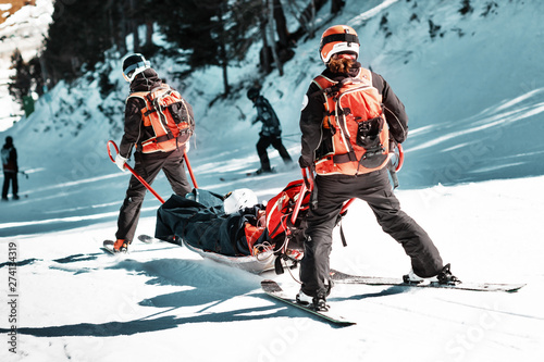 Fotografía Rescuers at a ski resort evacuate the victim from the slope.