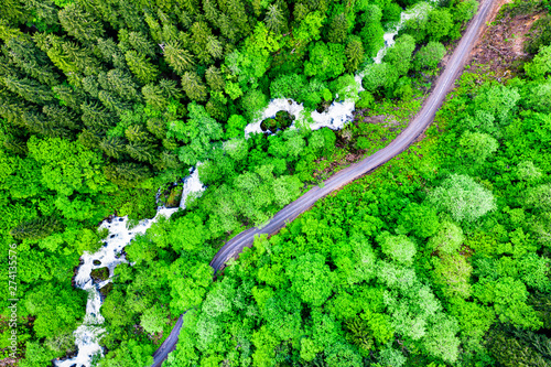 Foto op Plexiglas Groene Top view of a river and a road in the Pontic Mountains, Turkey