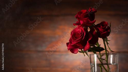 Fotografía  Red rose in vase on old wooden background, Vintage style