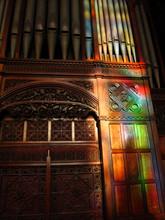 スコットランドの教会のパイプオルガンとステンドグラス