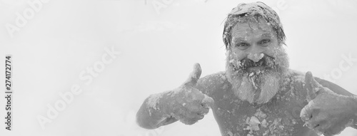 Photo Bearded man, after bathing in the snow