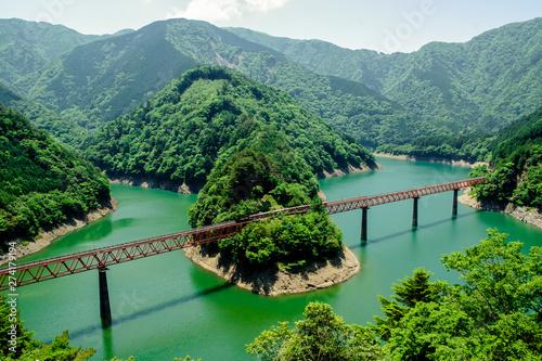接岨湖の鉄橋を渡る列車