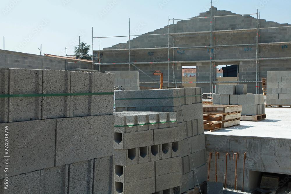 Fototapety, obrazy: Palettes de parpaings sur un chantier