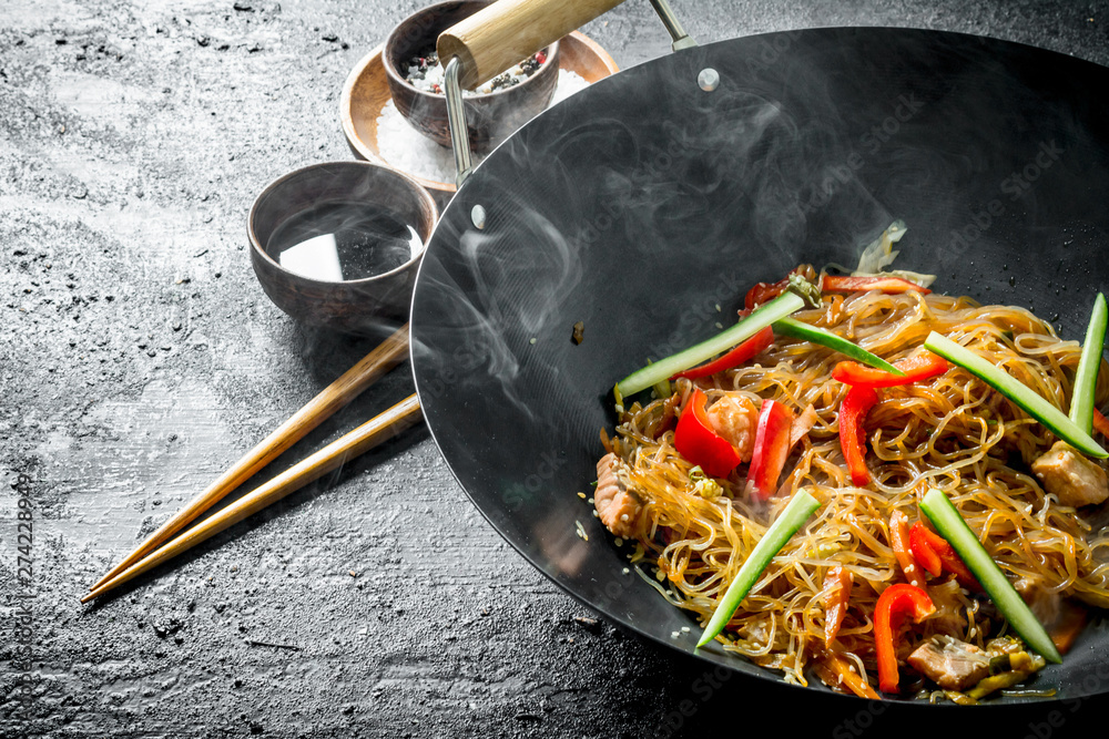 Fototapety, obrazy: Chinese wok. Hot Asian cellophane noodles in a frying pan wok.
