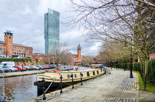 Fotografia The Bridgewater canal at Manchester with a longboat tied up on the quay