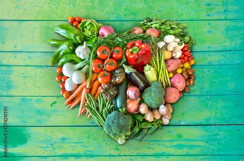 Poster Ecole de Danse Herz aus Gemüse auf grünem Hintergrund aus Holz