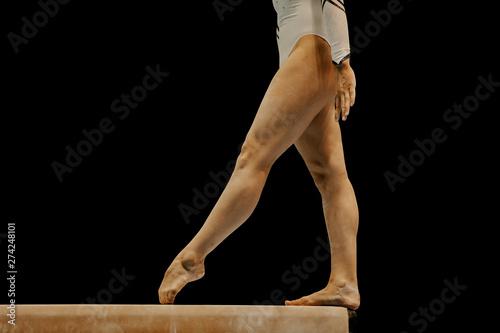 Fotografía  balance beam legs women athlete gymnast on black background