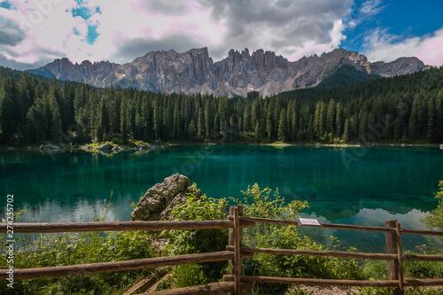 Lago alpino paradisiaco in Val d'Ega