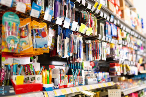 Fotografía  Colorful pen shelves in office supply store