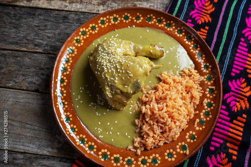 Fotografia Mexican chicken with green mole sauce and red rice