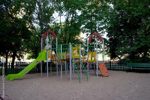 Obraz pusty plac zabaw na poznańskim osiedlu - fototapety do salonu