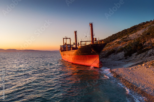 Poster Naufrage Aerial view of ship run aground on sea coast, shipwreck after storm