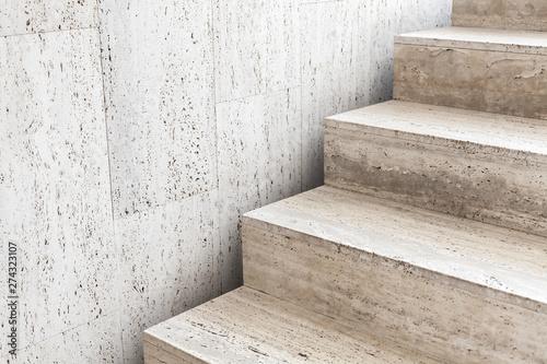 Puste schody ozdobione kamieniem