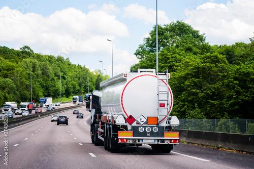 Fotomural camion citerne roulant sur l'autoroute