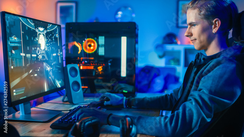 Photo  Cheerful Gamer Playing First-Person Shooter Online Video Game on His Powerful Personal Computer