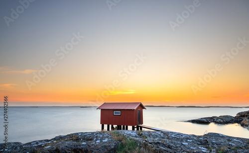 Fotografia a colorful sunset at the cliffs of Smögen in Sweden