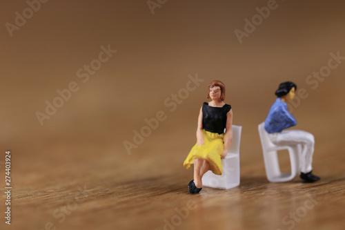Fotografering 沈黙してけんかしている二人の女性