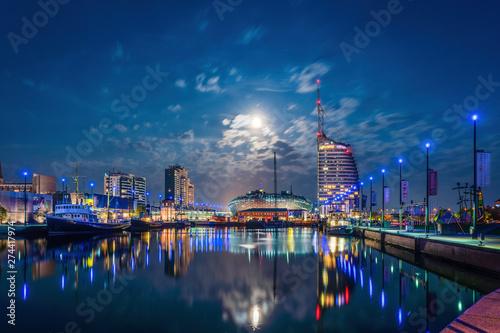 Foto auf AluDibond Shanghai Havenwelten Bremerhaven bei Nacht mit Vollmond