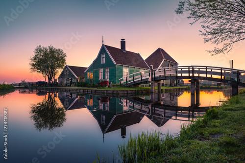 Obraz na plátně Historisches Holzhaus in Holland bei Sonnenaufgang