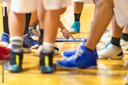 Fototapeta ハーフタイムに作戦会議をするバスケットボールチーム