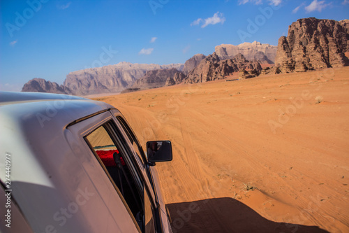 Fotografía speed motion on car in tour time in desert travel photography