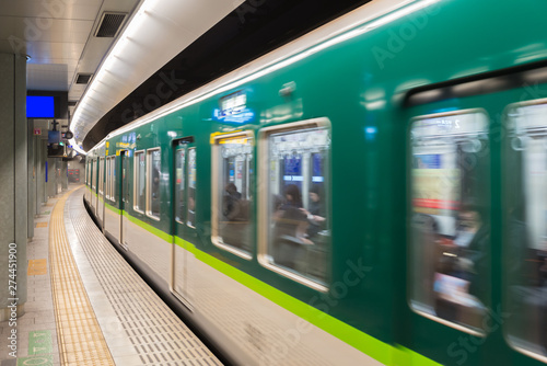 Fotografía Interior of a Tokyo subway station and platform with subway commuters in Tokyo, Japan