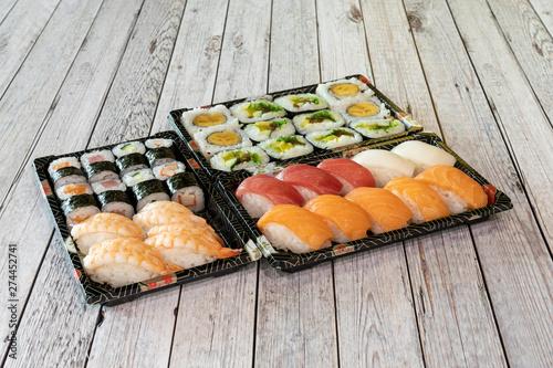 Fototapeta Comida japonesa, Variado de sushi y maki obraz