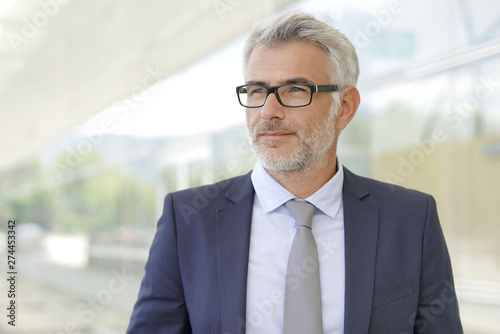 Fotografía  Portrait of corporate businessman outside contemporary office building