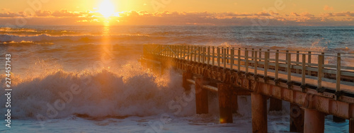 Photo sur Aluminium Marron Yellow sun lights big storm waves. Sunset on the sea. Beautiful nature.