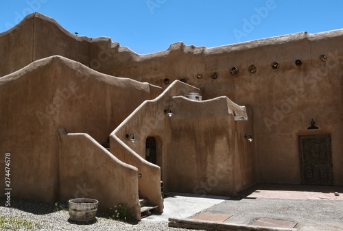Photo Traditional style adobe building in Taos, New Mexico