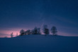 Hügel mit Sternenhimmel im Winter bei Schnee