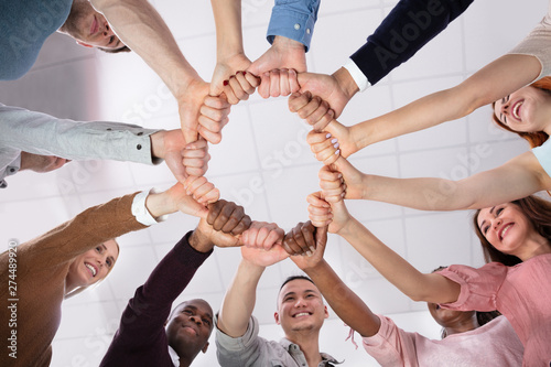 Fotomural  Low Angle View Of People Making Circle With Their Hands