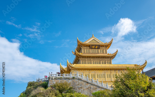 Photo  A gold-roofed temple building in mount emei, sichuan province, China