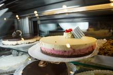 Torta De Frutilla Y Crema En Mostrador De Pastelería