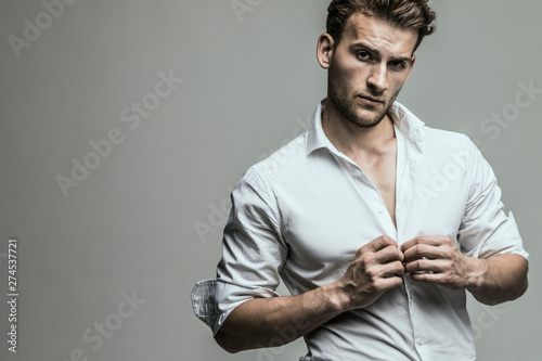 Fotografía  Portrait of young and handsome model in a white shirt