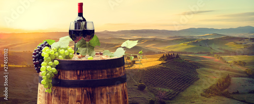 Cadres-photo bureau Alcool Red wine with barrel on vineyard in green Tuscany. Italy