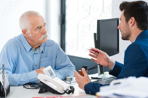 Fotografia  businessman in consultation with elderly client