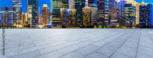 Photo  Empty square floor and modern office building at night in Shanghai
