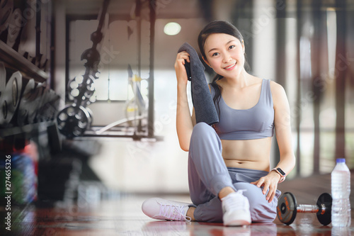 Foto  Woman exercise workout in gym fitness breaking relax holding towel, smiling and