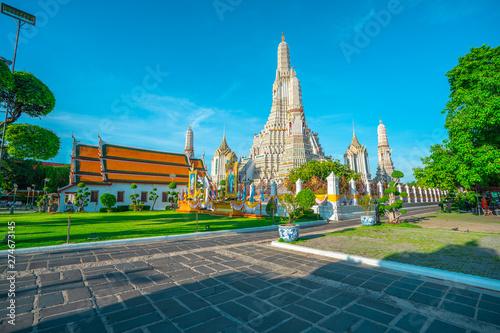 Photo  BANGKOK - june 15: at Wat Arun temple on june 15, 2019 in Bangkok, Thailand