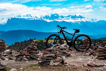 Elektro Mountainbike Auf Gipfel Vor Dolomiten Hintergrund