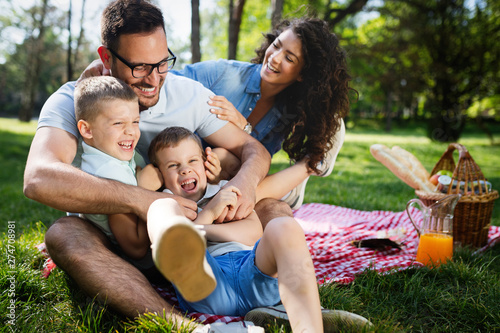 Foto  Cheerful happy family picnicking on a beautiful day