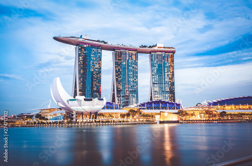 Photo  SINGAPORE, SINGAPORE - MARCH 2019: Skyline of Singapore Marina Bay at night with