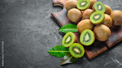 Canvas-taulu Fresh Kiwi on a black background