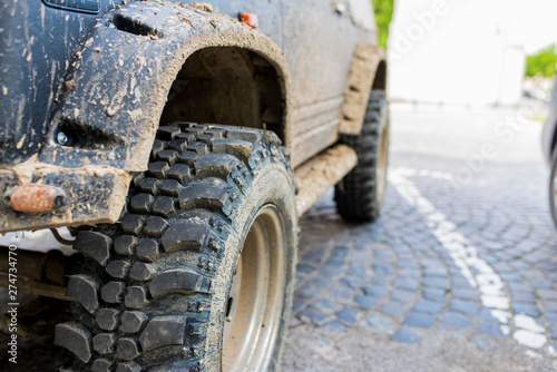 Cuadros en Lienzo Off road tire close up shot on dirty 4 wheel drive car, shallow depth of field
