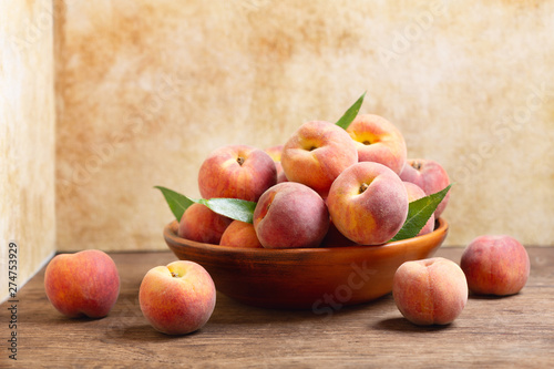 Stickers pour porte Fleur fresh peaches with leaves in a bowl
