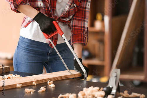 Valokuva Female carpenter working in shop