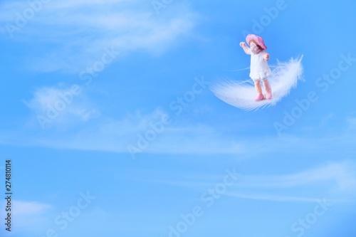 羽根に乗って飛ぶ女の子