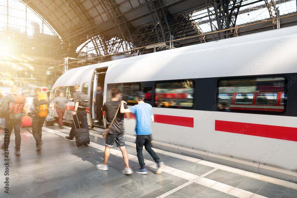 Fototapeta Reisende Menschen mit Gepäck am Bahnsteig während der Rush Hour